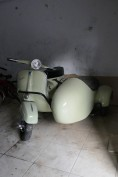 une trouvaille ! Un scooter Vespa side car !